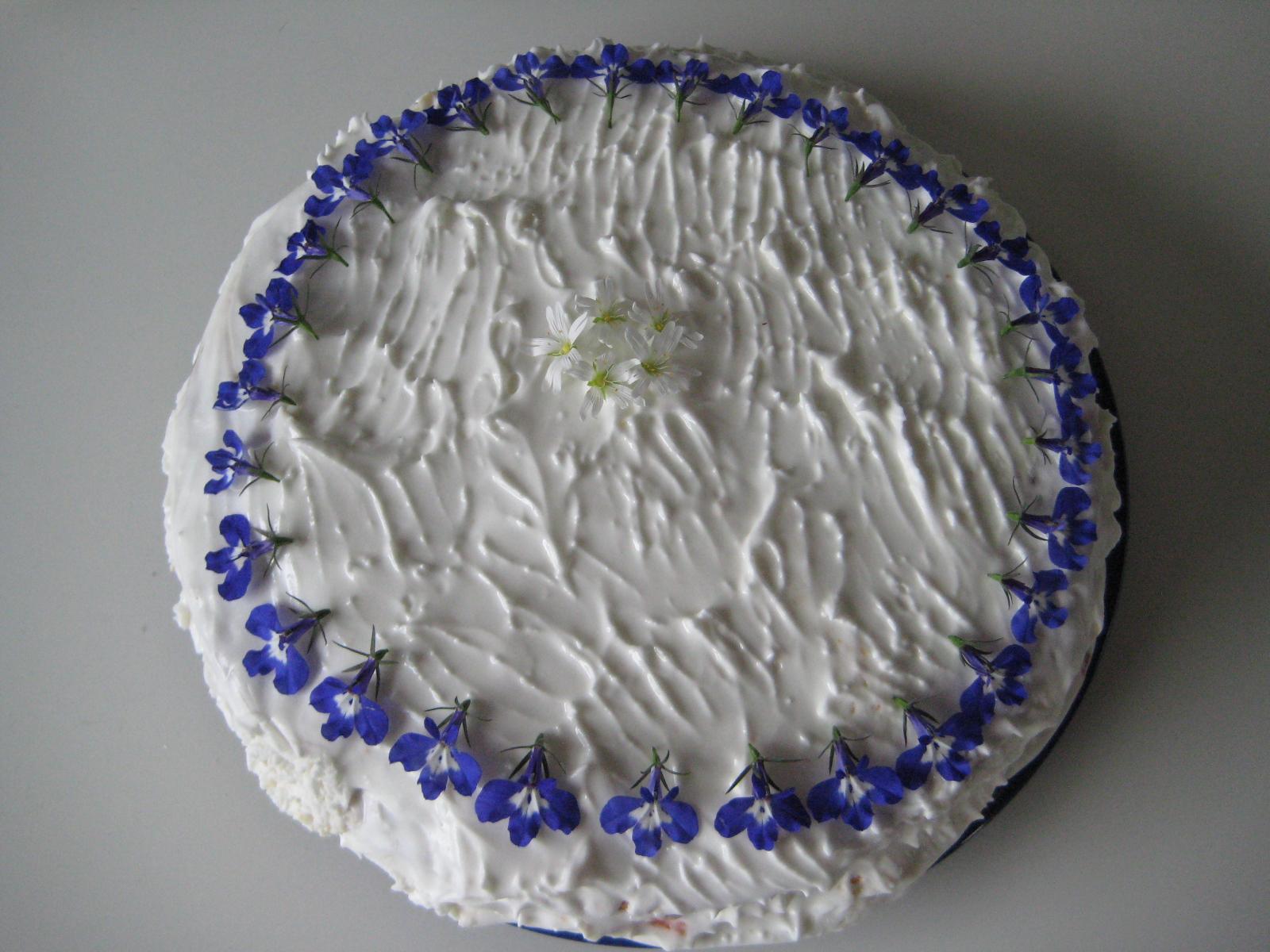 Kaka med rabarber och blommor