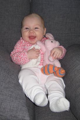 Strålande Elise med kaninen