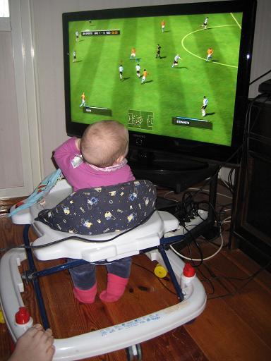 När killarna spelade fotboll fick hon nöja sig med att titta på. Lite ivägen bara.