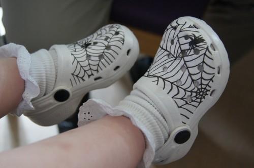Elise fick med lite presenter. Bland annat dessa coola spindelfoppisar!